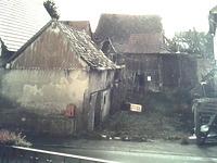 Hofraum von der Straße aus gesehen (um 2002) / Ehem. Dreiseithof in 74078 Kirchhausen (B. Lohrum)