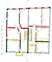 Baualterplan Grundriß 2. Obergeschoß. Die Fachwerksubstanz der Entstehungszeit des Baues um 1676/77 (d) (im Baualtersplan grün eingetragen) hat sich im Obergeschoß noch in größeren Resten erhalten. Das Gebäude war schon von Anfang an durch eine Mittellängwand in zwei Hälften geteilt. Die straßenseitigen Wohnräume (oben) wurden im 18. oder frühen 19. Jahrhundert umfangreich verändert (im Plan rot eingetragen). Die rückwärtigen Längsflure und die seitlichen kleineren Einzelräume entsprechen hingegen im Wesentlichen der ursprünglichen Baukonzeption. / Wohn- und Geschäftshaus in 88512 Mengen (01.12.2015 - Stefan Uhl)