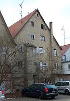 Rückansicht des Gebäudes. Die Fachwerkkonstruktion in fast vollständig unter dem Putz verborgen. / Wohn- und Geschäftshaus in 88512 Mengen (28.11.2015 - Stefan Uhl)