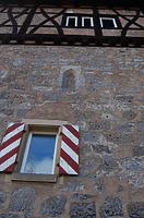 Im 2. OG: kleines, spitzbogiges Fenster im Originalmauerverband aus dem 13. Jh.  / Schloss Rechenberg in 74597 Stimpfach, Schwäbisch Hall (09.02.2011)