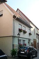 Ansicht von Nordost, von der Hauptstraße zurückgesetzt. / Wohnhaus in 74354 Besigheim (26.07.2016 - M. Haußmann)