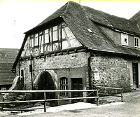 """Südostseite des Bandhauses mit Kellerhals zum """"Waldhornkeller"""" vor 1959 / Stadthalle Alte Kelter  in 74354 Besigheim (Stadtarchiv Besigheim)"""