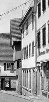 1930, Ansicht von Südwest, das mittelere Gebäude, zu der Zeit noch traufständig / Wohn- und Geschäftshaus in 74354 Besigheim (Stadtarchiv Besigheim)