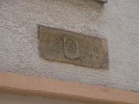"""an Südseite eingemauerte Steinplatte mit dem Handwerkszeichen eines Bäckers (Brezel) und der Bezeichnung """"1550"""". / Wohn- und Geschäftshaus in 74354 Besigheim (Denkmalpflegerischer Werteplan,  Gesamtanlage Besigheim  Regierungspräsidium Stuttgart)"""