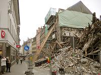 """Kanzleistraße nach Osten, das Haus Nr. 19 nach dem Brand abgestützt (Aufnahme 26.2.2011). / Haus """"Zum Torkelbaum"""" in 78426 Konstanz (05.10.2016 - Frank Löbbecke)"""