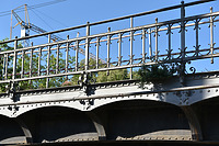 EÜ Heilbronn Schillerstraße, Detailansicht des Geländers mit Zierformen / Eisenbahnüberführung Schillerstraße in 74076 Heilbronn (August 2020 - strebewerk. Architekten GmbH)