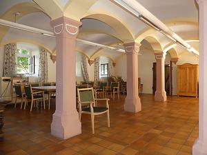Blick in den großen Saal mit dem modernen, in der Süd- Westecke stehenden Kachelofen / Elisabethenheim, ehem. Scheune in 79379 Müllheim (Burghard Lohrum)