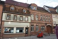 """Ansicht zur Hauptstraße. Der ältere Teil links wurde 1790(d) errichtet, der jüngere Teil (rechts) 1885(d). / Gasthaus """"Zum weißen Roß"""" in 97941 Tauberbischofsheim (2020 - Foto: Ingrid Winklmann)"""