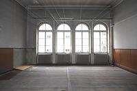 """Tanzsaal im 1. OG des jüngeren westlichen Bauteils von 1885(d). Originale Ausstattung mit Fenstern, Dielenboden, wandabschließender Stuckleiste und Lambris. / Gasthaus """"Zum weißen Roß"""" in 97941 Tauberbischofsheim (2020 - Foto: Ingrid Winklmann)"""