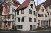 Gesamtansicht der Straßenfront mit dem zwischen den beiden Nachbargebäuden eingeklemmten Hauptgebäude des frühen 18. Jahrhunderts / Wohn- und Handwerkerhaus in 88499 Riedlingen (Stefan Uhl)