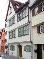 Blick von Osten auf die Straßenfront des Hauptgebäudes (links) und des nördlichen Seitenflügels (rechts). Die Straßenseite des Baues wird von Baukörpern des frühen 17. Jahrhunderts geprägt, wobei der Seitenflügel ursprünglich ein Geschoß niedriger war und erst später auf die Höhe des Hauptbaues aufgestockt wurde. / Wohnhaus in 89073 Ulm (22.03.2021 - Stefan Uhl)