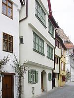 Blick von Osten auf die Straßenfront des Gebäudes mit den großen, die Fassade dominierenden Fensterbändern in den Obergeschossen. Zur Konstruktion und Gliederung der Fenster lagen am Bau keine Befunde mehr vor, doch waren die Fensterbänder bauzeitlich im Fachwerkgefüge des frühen 17. Jahrhunderts angelegt. Die rekonstruierte malachitgrüne Fassung war im Gebäudeinneren umfangreich erhalten geblieben. / Wohnhaus in 89073 Ulm (22.03.2021 - Stefan Uhl)