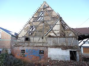 Sichtfachwerk der südlichen Giebelseite der Scheune von 1684 nach Abbruch der im 19. Jahrhundert angefügten Nebengebäude.   / Doppelscheune in 70794 Filderstadt, Bonlanden (11.01.2015  - Foto: Tilmann Marstaller)