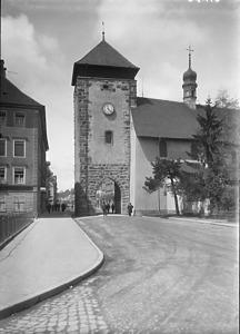 St. Ursula (rechts im Bild) mit Bickentor (links) / St. Ursula in 78050 Villingen (1920/30 - ? -  Bildarchiv Foto Marburg)