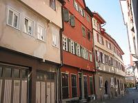 Straßenseitige Ansicht des Gebäudes Webergasse 14 (roter Gebäudeteil rechts) und 16 (links) / Wohngebäude in 73728 Esslingen am Neckar