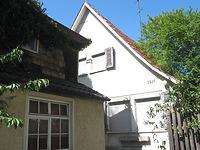 Straßenseitige Ansicht des in zweiter Reihe stehenden Gebäudes (2007) / Wohnhaus in 72544 Metzingen