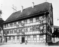 Rathaus, 1619, aufgen. ~ 1910, Ansicht NO  Quelle: Bildarchiv Foto Marburg / Gasthaus Zum güldenen Hirschen, später Rathaus in 74740 Adelsheim