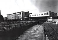Firma Schachenmayr Ansicht Nord, Kanal, Vordach und Laderampe-Bahn um 1976 / Wollsortiergebäude Schachenmayr  in 73084 Salach