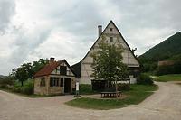 Backhaus (li.) aus Esslingen und Wohn-Stall-Haus mit Scheuer (re.) aus Beuren / Freilichtmuseum Beuren in 72660 Beuren (02.09.2011 - Becker_priv)