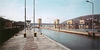 die Schleuse von der oberen Wasserseite / Staustufe Neckarzimmern in 74865 Neckarzimmern (Daniele De Lonti, in wasser_werke Fernanda De Maio, Stuttgart 1999)