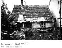 Ansicht Nord (in situ)_Anfang 1990er Jahre / Tagelöhnerhaus aus Weidenstetten in 89197 Weidenstetten (Restaurierungsbericht von Lutz Walter (1992) (Anhang II, Aufnahme 3))