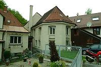 Ansicht des Chores von SO: Links das 1927 (a) angebaute Wohnhaus, rechts z.T. die zwischen 1825-1881(a) angebaute ehem. Lohmühle der Gerbereigenossenschaft (Mühlgasse 20) / Leonhardskapelle in 88212 Ravensburg (05.05.2009 - Michael Hermann)