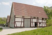 Bauernhaus im FLM; westliche Traufseite (im Hintergrund das Ausgeding) / Bauernhaus aus Aichelau (Hofanlage Aichelau, Hauptbau) in 72539 Aichelau (http://www.freilichtmuseum-beuren.de/museum/rundgang/bauernhaus-aus-aichelau/)
