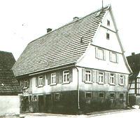 Hist. Aufnahme der Dreiseithofanlage in Ehningen, li. der Schweinstall (Traufseite) (ca. 1950) / Schweinestall aus Ehningen in 71139 Ehningen (02.09.2011 - Museumstafel FLM Beuren)