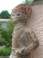 Wappenträgerfigur an Hausecke / Hof Wyrich, Haus Mannsperger, Dosterhaus; Wohn- und Wirtschaftsgebäude aus Tamm in 71732 Tamm (http://www.freilichtmuseum-beuren.de/museum/rundgang/wohn--und-wirtschaftsgebaeude-aus-tamm/)