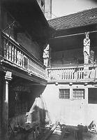 Eindruck des heute zerstörten sog. Baldingerhofes, ein ehem. Patrizierhaus der  (Innenhof mit Galerie); aufgenommen um 1930 / Kelleranlage Frauenstraße 34 in 89073 Ulm (01.01.1930 - Bildindex Foto Marburg; 60 618 (mi03127b08a))