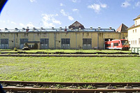 Bahnbetriebswerk, Schomhalle von Osten (ehemalige Lokomitivewerkstatt von 1912). / Schomhalle und Schiebebühne in 72072 Tübingen (25.09.2012 - Michael Hermann)